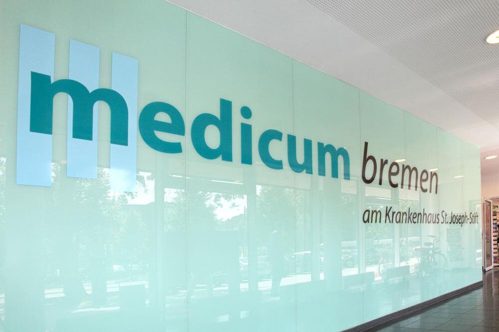 Logo Medicum im Innenraum